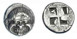 372  -  GRECIA ANTIGUA. MACEDONIA. Neápolis. Estátera (500-480 a.C.). A/ Gorgona sacando la lengua. R/ Cuadrado incuso cuatripartito. AR 9,75 g. 19 mm. COP-223. SBG-1304. EBC. Muy rara en esta conservación. Ex col. Guadán 1825.