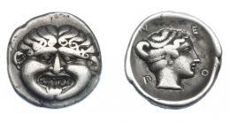 374  -  GRECIA ANTIGUA. MACEDONIA. Neapolis. Hemidracma (424-350 a.C.). A/ Gorgona sacando la lengua. R/ Cabeza de ninfa Neápolis a der.; N-E-O-Π. AR 1,81 g. 14,1 mm. COP-228. SBG-1417. BMC-5,17. MBC. Ex col. Guadán 1827.