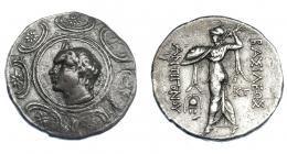 383  -  GRECIA ANTIGUA. MACEDONIA. Antígono II Gónatas. Anfípolis. Tetradracma (277-239 a.C.). A/ Cabeza con cuernos de Pan a izq., detrás lagobolon, todo dentro de escudo macedonio. R/ Atenea avanzando a izq. con haz de rayos, escudo y égida, a sus pies casco ateniense, detrás monograma; ΒΑΣΙΛΕΩΣ ΑΝΤΙΓΟΝΟΥ. AR 17,80 g. 30,5 mm. COP-1201. SBG-6783 vte. Pátina plomiza. MBC. Ex col. Guadán 1797.