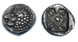 424  -  GRECIA ANTIGUA. JONIA. Mileto. Óbolo (siglo VI-V a.C.). A/ Prótomo de león a izq. R/ Decoración floral en cuadrado incuso. AR 1,27 g. 9,6 mm. COP-952. SBG-3532. EBC-. Ex col. Guadán 2331.