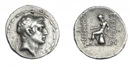 441  -  GRECIA ANTIGUA. REINO SELÉUCIDA. Demetrio II. Tetradracma (146-138 a.C.). Antioquía. A/ Cabeza diademada a der. R/ Apolo con arco y flechas sentado a izq. sobre ónfalo, monogramas a izq. y der.; ΒΑΣΙΛΕΩΣ ΔHMHTPIOY. AR 16,33 g. 26,8 mm. COP-no. HGC-956 vte. SBG-no. MBC-. Rara. Ex col. Guadán 2527.