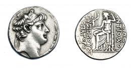 444  -  GRECIA ANTIGUA. REINO SELÉUCIDA. Antíoco X. Tetradracma (94-92 a.C.). Antioquía. A/ Cabeza diademada a der. R/ Zeus con Nike y cetro entronizado a izq.; monograma a la izq. y bajo el trono;  (BA)ΣIΛE(ΩΣ) / ANTIOXOY - EYΣEBOYΣ / ΦIΛOΠATOPOΣ. AR 12,10 g. 27,1 mm. COP-423. SBG-7182. MBC. Ex col. Guadán 2560.
