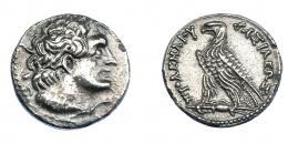 453  -  GRECIA ANTIGUA. EGIPTO. Reino Ptolemaico. Ptolomeo V. Tetradracma (204-180 a.C.). A/ Cabeza de Ptolomeo I diademada y con égida a der. R/ Águila a izq., sobre haz de rayos; ΠΤΟΛΕΜΑΙΟΥ ΒΑΣΙΛΕΩΣ. AR 13,02 g. 25,2 mm. COP-244. SBG-7856. MBC+/EBC-. Muy escasa en esta conservación. Ex col. Guadán 2724.