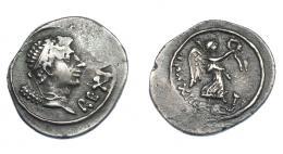 464  -  GRECIA ANTIGUA. MAURITANIA. Juba II. Denario (año 32 = 7 d.C.). Caesarea. A/ Busto diademado a der., clava sobre el hombro; REX IVBA. R/ Nike con corona y palma a der. sobre cabeza de elefante; R•XXXII. MAA-138. COP-557 vte. (ley. anv.). Vanos en anv. y concreción en rev. MBC+. Muy rara. Ex col. Guadán 3053.