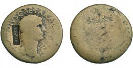 953  -  COLECCIÓN DE RESELLOS. CLAUDIO I. Sestercio con contramarca NCAPR dentro de rectángulo incuso. La moneda RC/M y el resello MBC. Los resellos y contramarcas son tan antiguos como las mismas monedas aunque su significado puede ser muy distinto. En esta colección dominan las monedas de plata castellanas, reselladas por sus mismos gobernantes, caso de Felipe IV con las monedas del famoso fraude de Potosí, para darles su valor real en plata, o con anterioridad el resello de la llave en las monedas de Santo Domingo en las piezas de Juana y Carlos; aunque dominan las reselladas por otras naciones para usarlas como moneda propia con un valor específico en su propia moneda, ya sean las de Felipe II durante l rebelión de los Países Bajos, o sobre todo las realizadas durante los siglos XVIII y XIX, como las que se hicieron en el caribe británico, y también en Portugal y sus dominios, como Azores, Mozambique y Brasil, sin olvidar los muy conocidos resellos orientales (chinos y japoneses), sin olvidar las de las nuevas repúblicas sudamericanas que terminan circulando en Filipinas por ejemplo. Existen resellos múltiples, por ejemplo los 10 reales de Fernando VII realizados en 1821 sobre moneda francesa, que luego serán resellados para circular en Azores, donde también se aceptaba resellada una media rupia de la India de época de la Reina Victoria, o incluso las nuevas pesetas del Gobierno Provisional español. También existen ejemplos de resellos políticos como el que aparece sobre una pieza de Alfonso XII (1885) con la palabra amnistía y los que la propugnaban (J-estrella de cinco puntas-S). En fin una gran colección que va desde la época del emperador Claudio hasta la de Alfonso XII, mostrando la importancia de una circulación monetaria controlada por el poder político, tanto en su valor económico como en el simbólico.