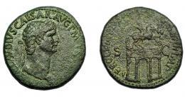 149  -  IMPERIO ROMANO. CLAUDIO I. Sestercio. Roma (41-42 d.C.). A/ Cabeza laureada a der.; (TI C)LAVDIVS CAESAR AVG P M TR P IM(P). R/ Arco del triunfo surmontado por estatua ecuestre entre dos trofeos; NERO CLAV(DIVS DRVSVS GERM)AN IMP, S-C. AE 23,71 g. 33,82 mm. RIC-98. MBC-.