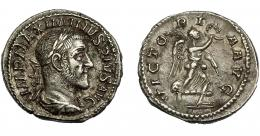 201  -  IMPERIO ROMANO. MAXIMINO I. Denario. Roma (236). R/ Victoria avanzando a der. con palma y corona; VICTORIA AVG. Ar 3,47 g. 20,05 mm. RIC-16. MBc+.