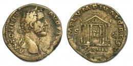 105  -  ANTONINO PÍO. Sestercio. Roma (145-161). R/ Templo tetrástilo, dentro Augusto y Livia sentados; TEMPLVM AVG REST, exergo COS IIII,  en campo S-C. RIC-1004, Fina grieta y pequeñas marcas. MBC-. Muy escasa.
